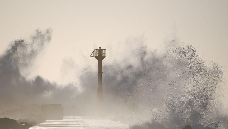 """海南:台风""""圆规""""正面登陆,多家景区暂停营业"""