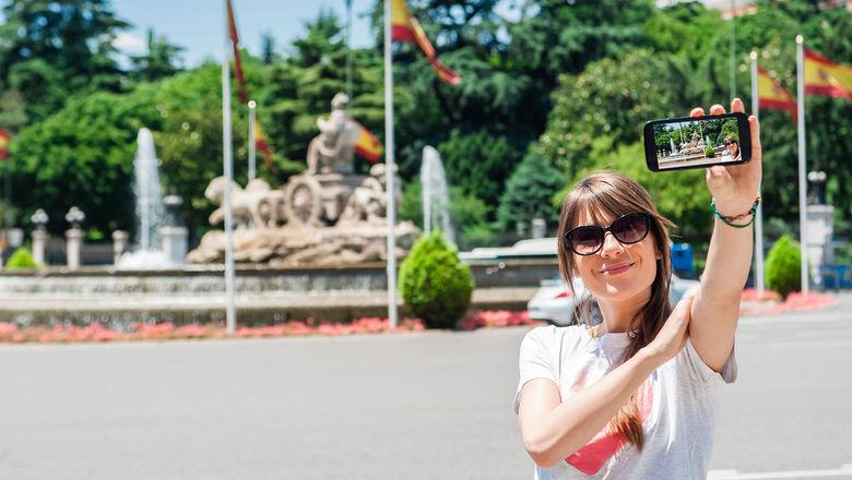 Madrid tourist at Cibeles Fountain