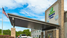 Holiday Inn Express & Stes 120th & Maple