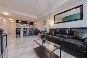 Bright & modern condo in the centre of Strathcona