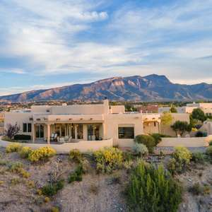 Commanding views of the Sandias, Jemez Mountains and Western Mesas!