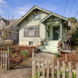Beautiful Vintage Charmer with easy dual living AND a separate 1 bed cottage!!