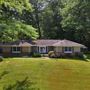 Beautifully Maintained 4BR/2.5BA Ranch on the Hill in Navesink