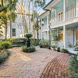 Charming Carriage House in Heart of Downtown