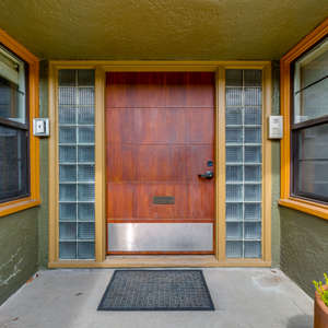 Vintage Condo in the Heart of Hawthorne
