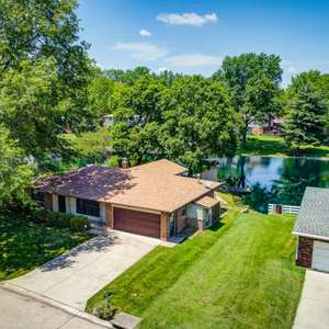This Ranch in Wolf Branch Backs to the Lake!