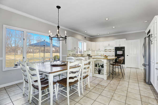 PERFECTLY PROPORTIONED EAT-IN-KITCHEN