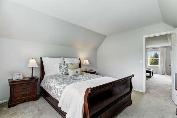 IN-LAW/GUEST SUITE OPEN TO SITTING ROOM
