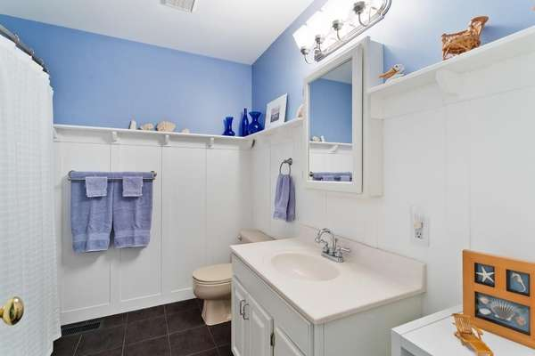 Upper Level Full Hall Bathroom