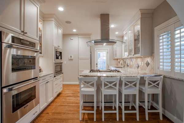 This gourmet Kitchen has all the bells & whistles!