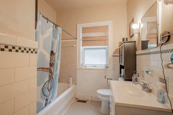 Bathroom of Unit 1E